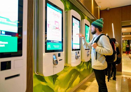 Giải pháp tích hợp màn hình ghép thông minh với các quầy vé tự động